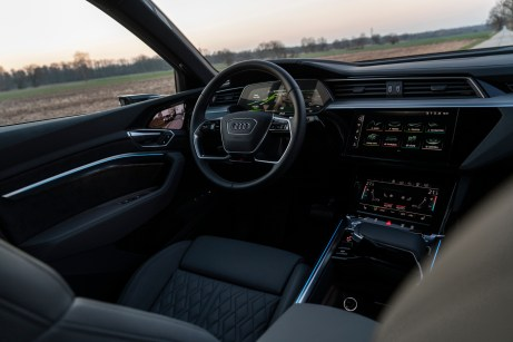 Schaltpult: Statt auf zahlreiche Knöpfe setzt Audi auf Bildschirme mit Touchscreen-Technik. © Audi