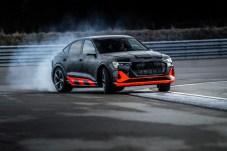 Heckmeck: Im Dynamic-Mode schiebt der e-tron S die volle Wucht seiner Kraft an die Hinterachse und mutiert vom neutralen Kurvenstar zum aufgeregten Driftkünstler. © Audi