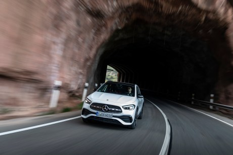 An eine liegende Acht erinnert die Form der großen Lufteinlässe unterhalb des mächtigen Kühlers. © Daimler