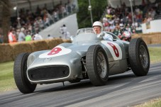 Sir Stirling Moss im Mercedes-Benz Formel-1-Rennwagen W 196 R. Foto vom Goodwood Festival of Speed 2015 vom 26. bis 28. Juni 2015. © Daimler