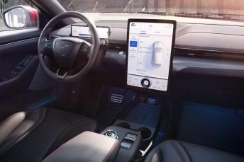 Das Interieur des Mach-E wird von einem hochkant stehenden, riesigen Tablet dominiert. © Ford