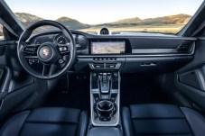 Die betont horizontale Ausrichtung des Armaturenbretts ist eine Anlehnung an den Urvater aller 911er. © Porsche