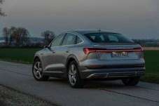 Signalwirkung: Bei Dunkelheit kommt das durchgehende Lichtband besonders klar zur Geltung. © Audi