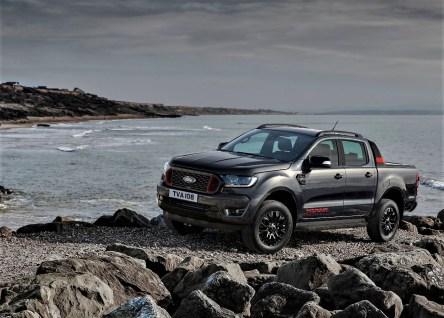 Der neue Pick-up und das Meer: Das sogenannte Royal-Grey ähnelt der Farbe des englischen Küsten-Gesteins. © Ford