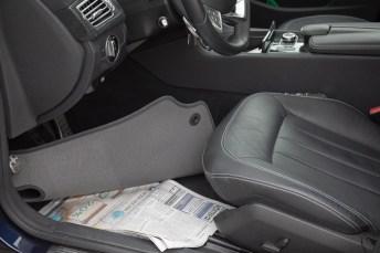 Gegen Feuchtigkeit im Auto gibt es spezielle Entfeuchterkissen im Handel; aber auch Zeitungen unter den Fußmatten können weiterhelfen. © Dekra