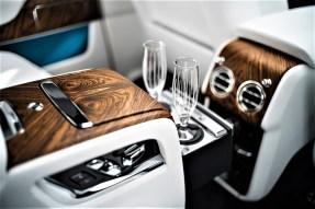 """Rolls-Royce Cullinan """"Darf`'s noch ein Gläschen sein?"""": Champagner-Kühlbox und Kelche dürfen nicht fehlen. Foto: Auto-Medienportal.Net/Rolls-Royce"""