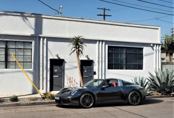 Fast wie ein Cabrio: Das Dachteil lässt sich in 19 Sekunden zurück- und vorfahren. © Porsche