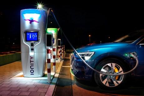 Langstreckentauglichkeit: Beim Stromfassen unterwegs an der Ladesäule ist eine kurze Ladezeit besonders wichtig. © Audi
