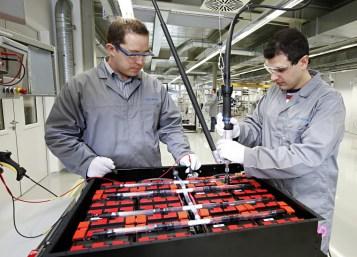Lithiumionen-Batterie von SB LiMotive: Montage einer Lithiumionen-Batterie am Standort Feuerbach. Foto: Auto-Medienportal.Net/Bosch