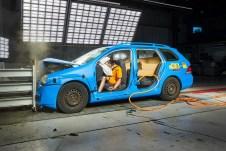 ADAC-Crashtest mit ungesicherter Ladung. Foto: Auto-Medienportal.Net/ADAC/Uwe Rattay