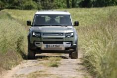 Ein Feldweg ist für den Defender die leichteste Übung. Er bewältigt noch ganz andere Pisten. © Land Rover