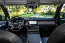 Klare Kante: Wenig Schnörkel, aber edles Material prägen den Innenraum des Fahrzeugs. © Land Rover