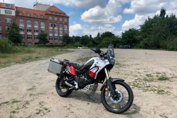 Kaum geht es ein wenig abseits asphaltierter Straßen in den Märkischen Sand, zeigt die Yamaha was sie noch so kann. © Johannes Unruh / mid