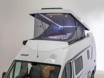 Ambiente-Beleuchtung und 2,00 x 1,35 Meter große Matratze sorgen für Behaglichkeit