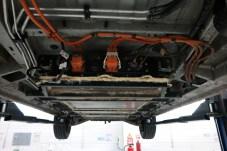 Orange bedeutet Spannung: Die Akkus werden an den Unterboden des VW-Busses geschraubt. © Rudolf Huber / mid