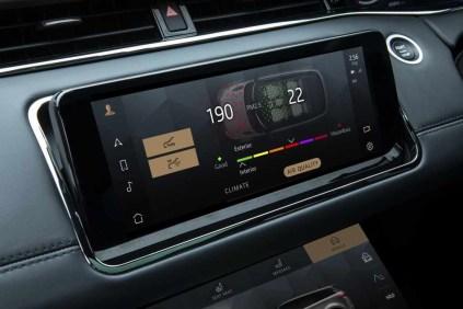 Im Evoque Jahrgang 2021 können die Nutzer darüber hinaus die Qualität der Innenraumluft über den Touchscreen überwachen und steuern. © Range Rover