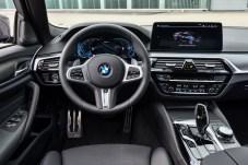 Farbcode: Die blaue Einfärbung des Digital-Cockpits zeigt den Akku-Betrieb. © BMW