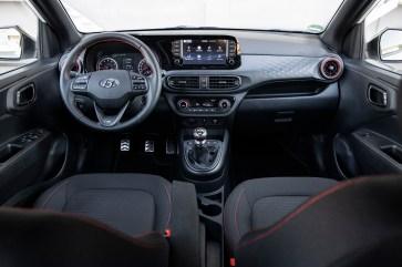 Rote Ziernähte und andere Design-Elemente der N-Line verleihen dem Interieur des i10 eine sportliche Note. © Hyundai