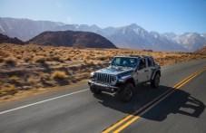 Beim Fahren auf normalen Straßen greift der Jeep Wrangler 4xe auf die bewährte Dreistufen-Strategie zurück. © FCA