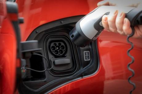 Die E-Vans lassen sich per Typ-2-Stecker oder schnell mit Gleichstrom laden. © Opel