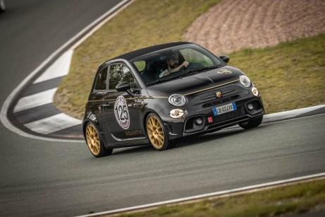 Sportliche Gangart: Der freche Abarth 595 fühlt sich zur Abwechslung auch auf der Rennstrecke wohl. © Fiat