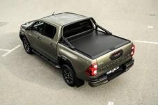 Jetzt auch vollautomatisch: Die Abdeckung über der Ladefläche lässt sich beim neuen Hilux per Knopfdruck auf- und zuziehen. © Toyota