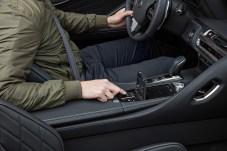 """Der entscheidende Knopf: Unter einer Klappe haust der Schalter für das elektrische Verdeck. Wird er gedrückt, ist die """"Hütte"""" in 15 Sekunden offen. © Lexus"""