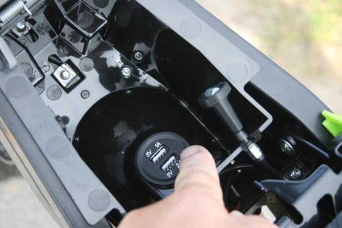 Das kleine Ablagefach verfügt zwar über zwei USB-Anschlüsse.Foto: Auto-Medienportal.Net