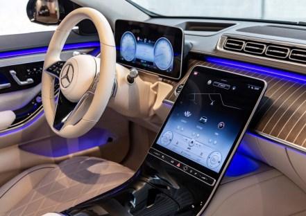 Und dann gibt es noch den zentralen Bildschirm, der zwischen Fahrer und Beifahrer thront. Optional 12,8 Zoll groß und in hochauflösender OLED-Technik. © Daimler