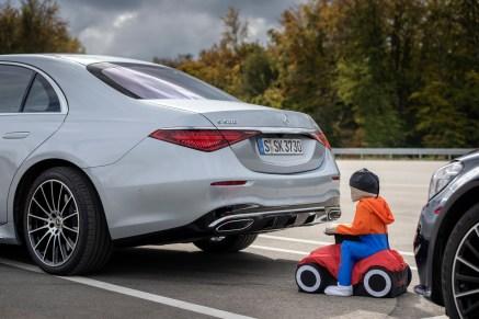 Beim automatischen und selbstständigen Einparken behält das System immer den Überblick, erkennt Gefahrensituationen und bremst in diesem Fall. © Daimler