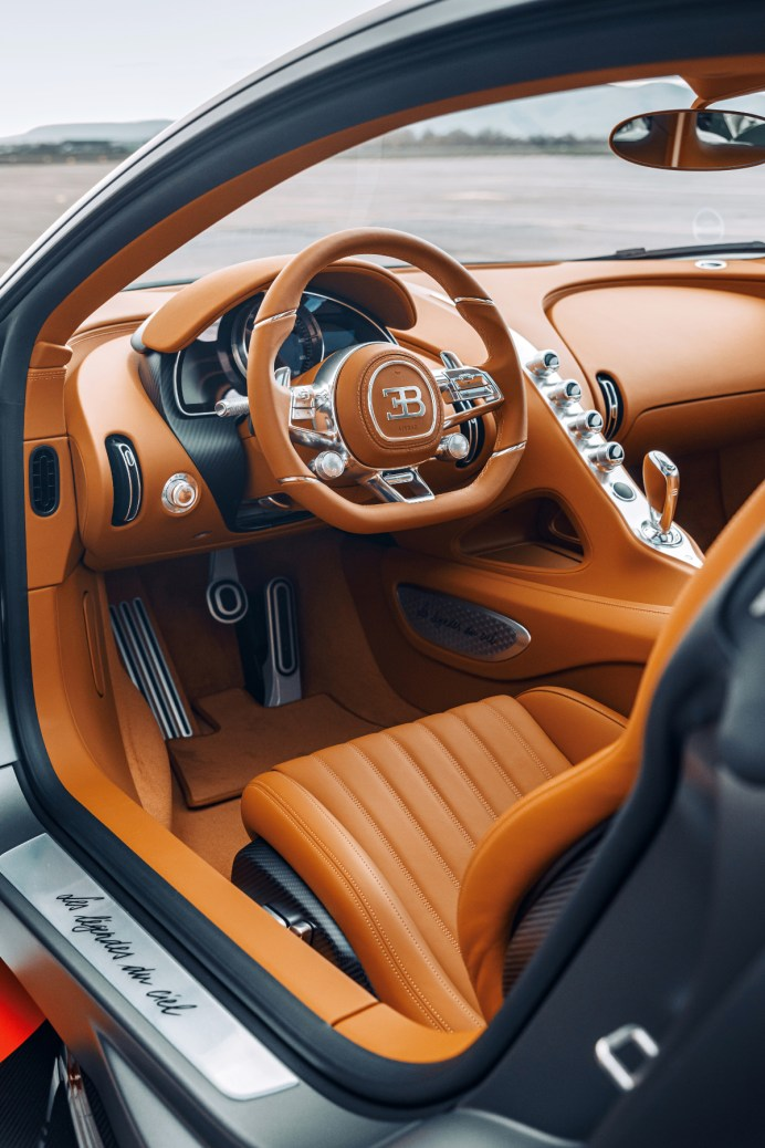 Der Innenraum besitzt eine mit Handskizzen versehene Vollleder-Ausstattung und Details aus perlgeschliffenem Aluminium. © Bugatti