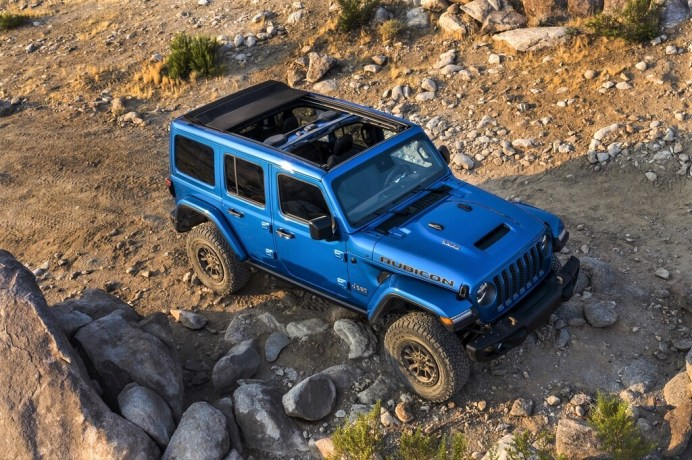 Abseits des Asphalts zeigt dann der leistungsstarke Vierrad-Antriebsstrang des Trail Rated® Wrangler Rubicon 392 was er kann. Foto: Jeep