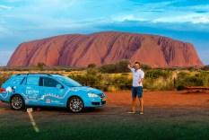"""Wiebe Wakker und sein """"Blue Bandit"""" am Uluru im Herzen Australiens. Foto: Auto-Medienportal.Net/Wakker"""