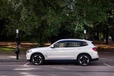 Am Kabel: Der BMW iX3 fährt ausschließlich mit Strom aus der Batterie. © BMW