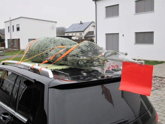 An die nach hinten zeigende Spitze des Weihnachtsbaums sollte eine rote Warn-Fahne angeheftet werden. Foto: Karl Seiler