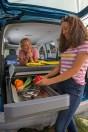 Outdoor-Küche ab Werk: Die neue Miniküche im Heck des Caddy California. © VWN