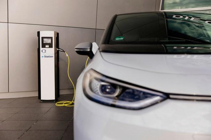 Der ID.3 tankt Strom an der VW-Ladestation. © Volkswagen