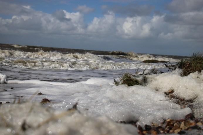 Die Nordsee zeigt sich schäumend und oft rau im Klima. © Kurt Sohnemann