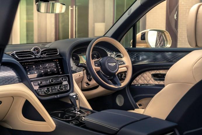 Die feine englische Art: Für den deutschen Markt gibt es den gleichen Cockpit-Luxus, dann allerdings mit Linkssteuerung. © Bentley