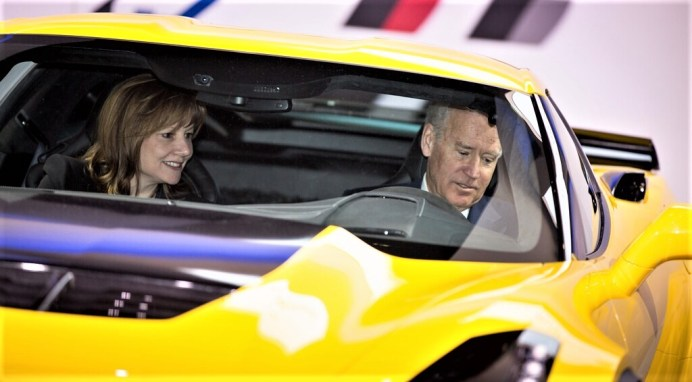 Joe Biden und GM-Chefin Mary Barra in einer Corvette Z06. Foto: Auto-Medienportal.Net/General Motors