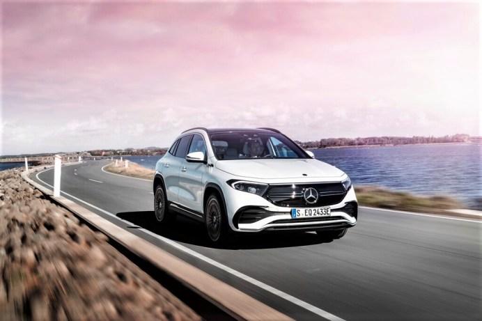 Bei der Fahrdynamik profitiert der Mercedes EQA vom tiefen Schwerpunkt der im Unterboden untergebrachten Batterie. © Daimler