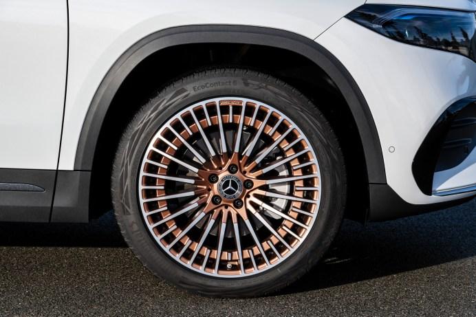 Felgen mit Rosegold geben dem Elektro-SUV einen ganz eigenen Charakter. Entsprechende Applikationen gibt es auch beim Interieur. © Daimler