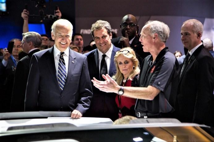 Joe und Jill Biden lassen sich auf der Automesse in Detroit von Chefingenieur Taege Juechter und GM-Vizechef Marke Reuss die Corvette zeigen. Foto: Auto-Medienportal.Net/General Motors