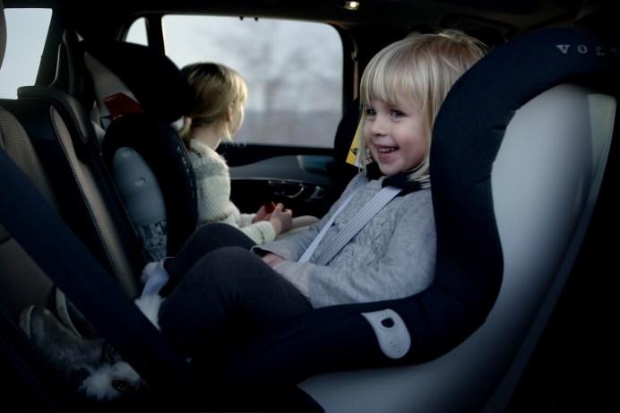 Die Schweden raten für Kinder unter vier Jahren dringend zur Sitzposition entgegen der Fahrtrichtung. Aber auch Kleinkinder ab vier Jahren sollten noch erhöht sitzen. © Volvo
