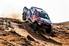 Nasser Al-Attiyah und Matthieu Baumel im Toyota Hilux. Foto: Auto-Medienportal.Net/ASO/Gooden/DPPI