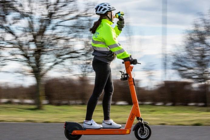 E-Scooter-Fahren ist nicht ungefährlich. Vor allem, wenn man nur eine Hand zu Lenken benutzt. © ADAC