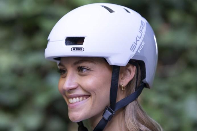 """Die Radfahrerin hat gut lachen: Der """"Skurb"""" von Abus erinnert an coole Skater-Helme. © pd-f.de"""