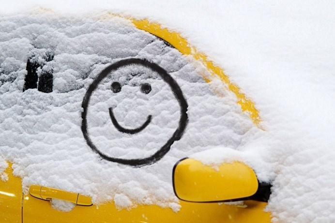 Witzig, aber nicht ausreichend: Ein Smiley als Guckloch für die Seitenscheiben. © Dekra