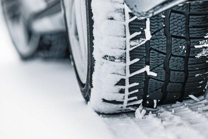 Winterreifen: Auch wenn der Gesetzgeber 1,6 Millimeter als Mindestprofiltiefe vorschreibt, empfehlen die Experten bei Winterreifen mindestens 4,0 Millimeter. © Dekra
