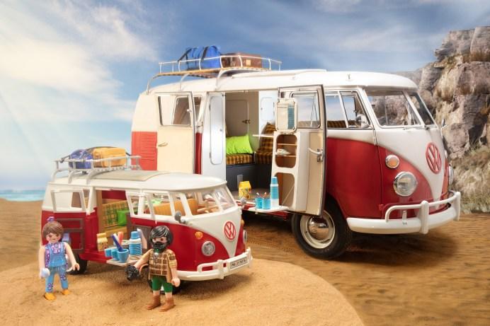 Originalgetreu: Der Playmobil-Bulli ähnelt dem berühmten Vorbild selbst in kleinsten Details. © Volkswagen Nutzfahrzeuge